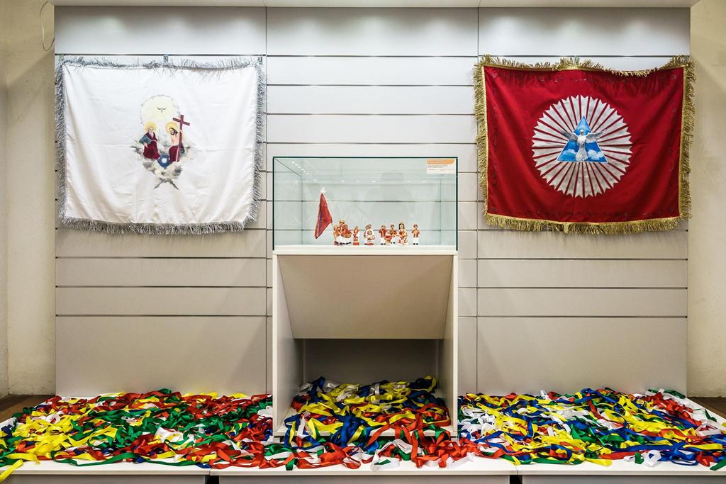 """Vitrine Bandeira do Divino na Exposição """"Assim Vivem os Homens"""", segmento Cultura Popular."""