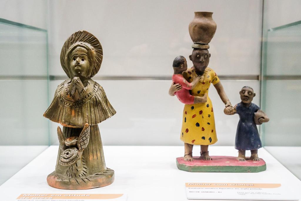 """Esculturas de Mestre Severino e Je Caboco na exposição """"Assim Vivem os Homens"""", segmento Cultura Popular."""