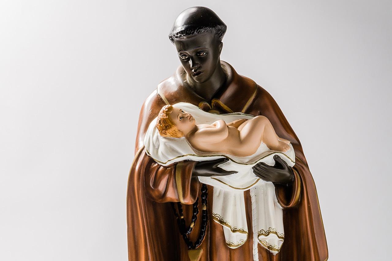 Escultura de São Benedito.