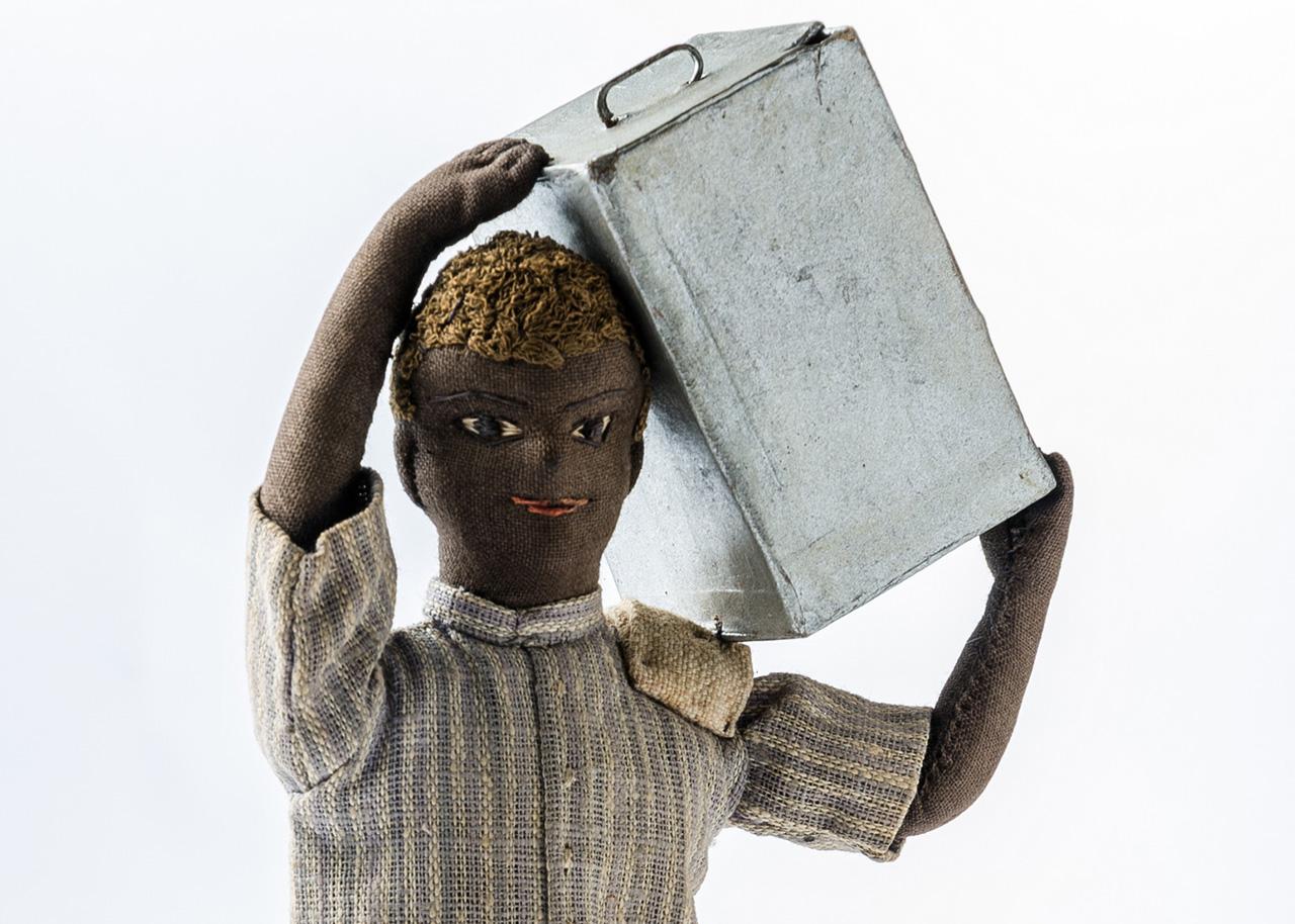 Boneco carregando lata. Santarém (PA), 1980.